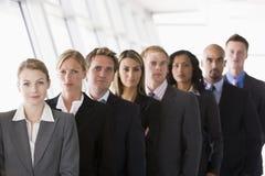 Grupo de trabalhadores de escritório alinhados Imagem de Stock