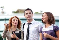 Grupo de trabalhadores de escritório ao ar livre imagem de stock
