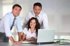 Grupo de trabalhadores no escritório Fotos de Stock Royalty Free