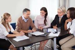 Grupo de trabalho creativo que revê planos empresariais novos Fotos de Stock