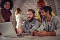 Grupo de trabalho novo dos desenhistas da Web imagem de stock royalty free