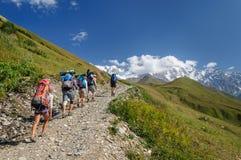 Grupo de trakkers en las montañas del verano Imagen de archivo