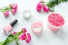Grupo de tratamento de mãos com verniz para as unhas e creme cor-de-rosa na opinião superior do fundo branco fotos de stock royalty free