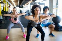 Grupo de treinamento apto saudável dos povos no gym fotos de stock royalty free
