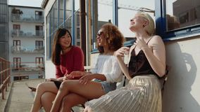 Grupo de tres amigos que hablan en terraza en casa almacen de video