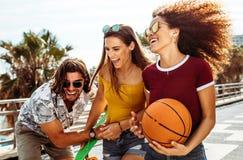 Grupo de tres amigos que se divierten al aire libre foto de archivo libre de regalías