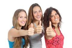 Grupo de tres muchachas con el pulgar para arriba Foto de archivo