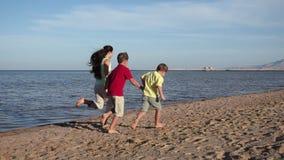 Grupo de tres niños que corren lejos en la playa en el centro turístico de Egipto, s almacen de metraje de vídeo