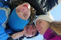 Grupo de tres personas jovenes sonrientes Imagen de archivo libre de regalías
