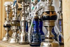 Grupo de tubos de agua del shisha del hockey shinny del metal para el tabaco que fuma en un carbón caliente fotos de archivo libres de regalías