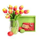 Grupo de tulipas vermelhas, da placa de madeira, do presente com etiqueta e de Eas colorido Imagem de Stock