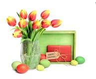 Grupo de tulipas vermelhas, da placa de madeira, do presente com etiqueta e de Eas colorido Fotos de Stock