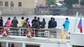 Grupo de turistas asiáticos que tomam fotos no barco, turismo da cidade vídeos de arquivo