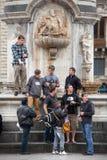 Grupo de turistas de los amigos debajo de un monumento en Italia Imagen de archivo libre de regalías