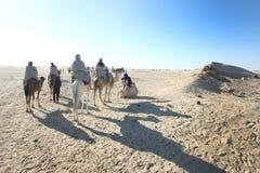 Grupo de turistas en Douz Fotografía de archivo