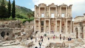 Grupo de turistas en las ruinas de la ciudad antigua de Ephesus Efes, cerca de la biblioteca de Celsus Tiro panor?mico almacen de metraje de vídeo