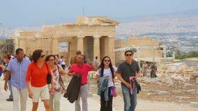 Grupo de turistas felices que disfrutan de viaje a las ruinas antiguas del palacio el vacaciones de verano metrajes