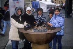 Grupo de turistas femeninos que calientan las manos durante 2002 olimpiadas de invierno, Salt Lake City, UT Fotografía de archivo libre de regalías