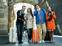 Grupo de turistas jovenes con las cámaras imágenes de archivo libres de regalías