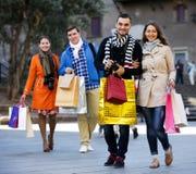 Grupo de turistas jovenes con las compras Imágenes de archivo libres de regalías