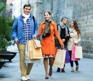 Grupo de turistas jovenes con las compras Imagenes de archivo