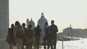 Grupo de turistas multi-étnicos que andam em Veneza, vista de Grand Canal, turismo filme