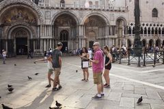 Grupo de turistas na frente da basílica do ` s de St Mark foto de stock royalty free
