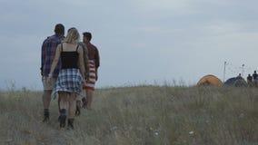 Grupo de turistas que caminan en sitio para acampar almacen de metraje de vídeo