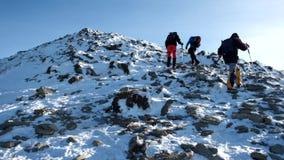 Grupo de turistas que caminan junto en montaña hermosa del invierno almacen de video