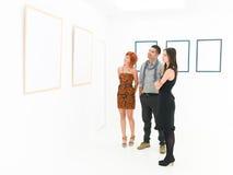 Grupo de turistas que contemplam artes finalas Imagens de Stock Royalty Free