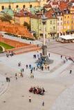 Grupo de turistas que levantam para uma foto no quadrado do castelo em Varsóvia Foto de Stock