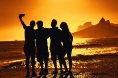 Grupo de turistas que tomam o selfie na praia em Rio de janeiro fotos de stock