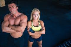 Grupo de um homem e de uma mulher no gym do crossfit Imagem de Stock Royalty Free