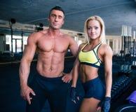 Grupo de un hombre y de una mujer en gimnasio del crossfit fotos de archivo