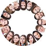 Grupo de una gente feliz en círculo Imágenes de archivo libres de regalías