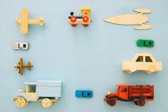 Grupo de vários carros e brinquedos dos aviões Imagem da vista superior Fotografia de Stock Royalty Free