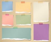 Grupo de vários papéis de nota rasgados coloridos com Foto de Stock