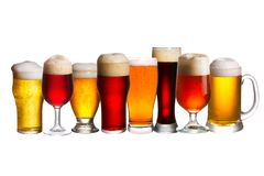 Grupo de vários vidros de cerveja Vidros diferentes da cerveja Cerveja inglesa isolada no fundo branco Imagens de Stock