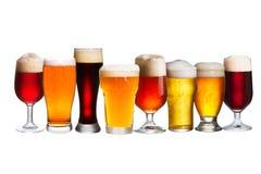 Grupo de vários vidros de cerveja Vidros diferentes da cerveja Cerveja inglesa no fundo branco Imagem de Stock Royalty Free