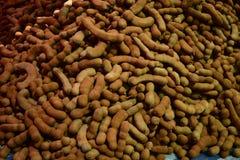 Grupo de vagens maduras do tamarindo na tabela Foto de Stock