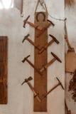 Grupo de varios y de diversos martillos viejos fotografía de archivo libre de regalías