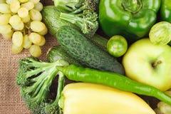 Grupo de vegetais crus e de frutos frescos verdes na serapilheira Foto de Stock Royalty Free