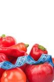 Grupo de vegetais crus e de frutos frescos vermelhos, isolado Fotos de Stock