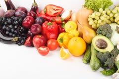 Grupo de vegetais crus frescos coloridos e de frutos, isolado Foto de Stock Royalty Free