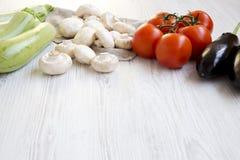 Grupo de vegetais diferentes em um fundo de madeira branco, close up Vista lateral fotos de stock