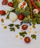 grupo de vegetais no fundo de madeira branco Fotos de Stock