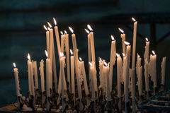 Grupo de velas ardentes na igreja, Itália Foto de Stock