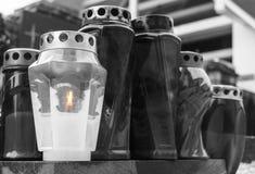 Grupo de velas ardientes con una llama fotos de archivo