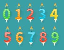Grupo de velas coloridas do número do feliz aniversario ilustração do vetor