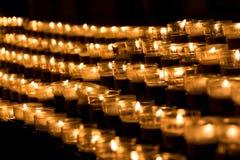 Grupo de velas de la pena en la iglesia para el obituario de la resurrección de la fe Fotos de archivo libres de regalías